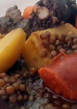 Lentejas con costillón, chorizo, butifarra negra y patata