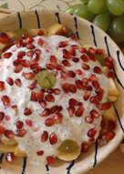 Desayuno de invierno con fruta, yogur natural orgánico, zumo de mandarina y condimentos