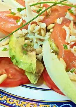 Ensalada de endivias, con salmón ahumado, aguacate y tomate