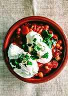 Cazuela vegetariana de garbanzos con tomate y huevos poché