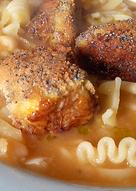 Sopa de frijoles con croquetas de bacalao
