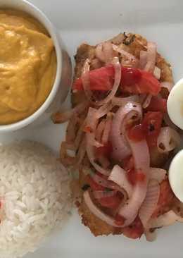 Filete de pescado encebollado acompañado de puré de camote y arroz blanco a lo Carmelita