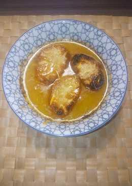 Sopa de cebolla, con pan y queso gratinado