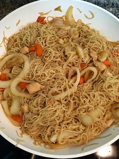 Spaguettis (noodles) con pollo y verduras