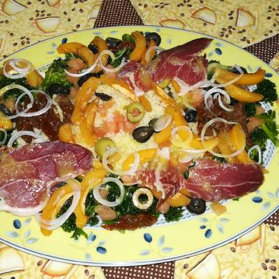 Ensalada de kale con cuscus, nísperos y paleta iberica