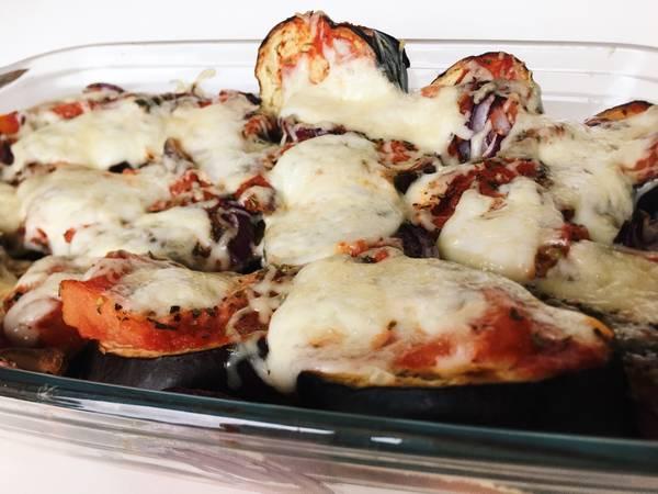 Berenjena con mozzarella y tomate