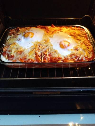 Macarrones gratinados con queso y huevo