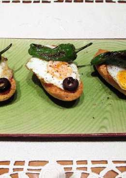Tapitas de panecillos crujientes con huevos de codorniz y pimientos de padrón