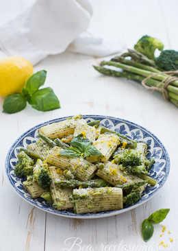 Pasta al pesto con judías, brócoli y espárragos