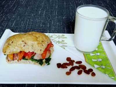 Panecillo de semillas con col kale, beicon y quesitos