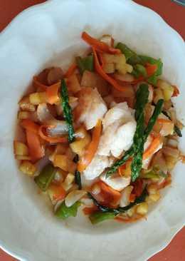 Dados de pollo con verduras y salsa teriyaki