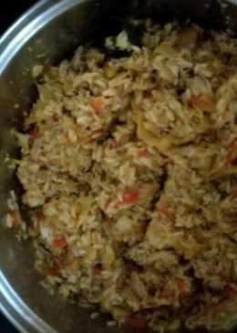 Arroz con atún, verduras y tomate frito