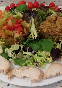 Ensalada mixta de verduras, pollo y quinoa roja