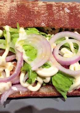 Bocata de pan chapata con caballa en salsa de tomate