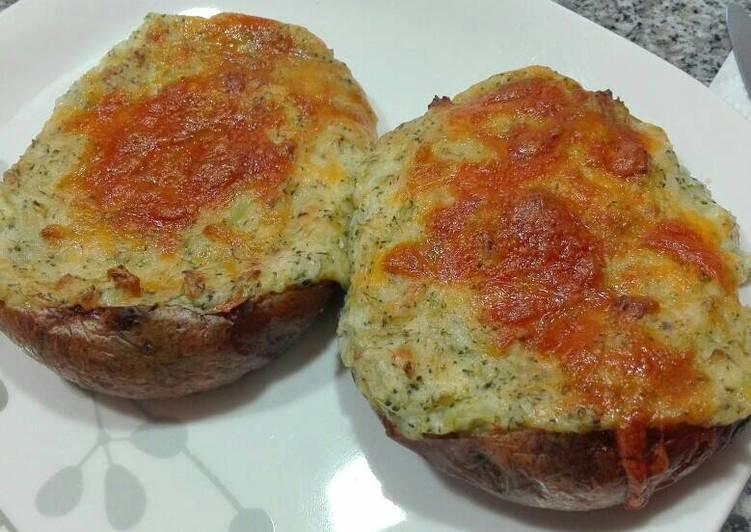 Patatas al horno rellenas de brócoli y queso