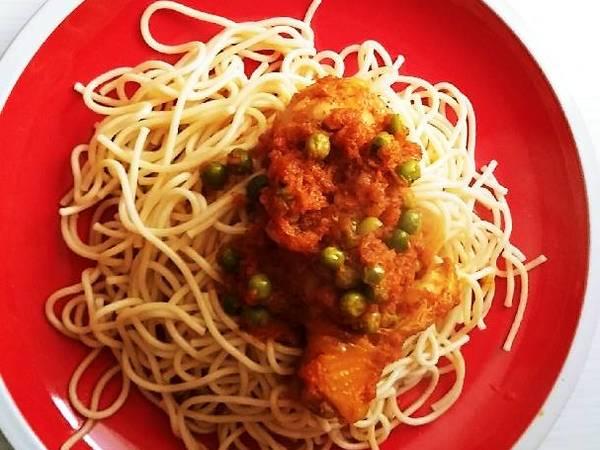 Tallarines con pollo en salsa roja