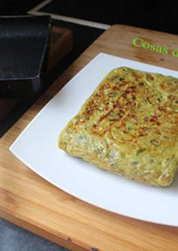 Tortilla cuadrada de habas, cebolla y pimiento