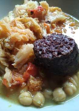 Cocido de col, garbanzos y morcilla de arroz