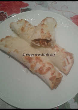 Burritos de carne con salsa mexicana y queso