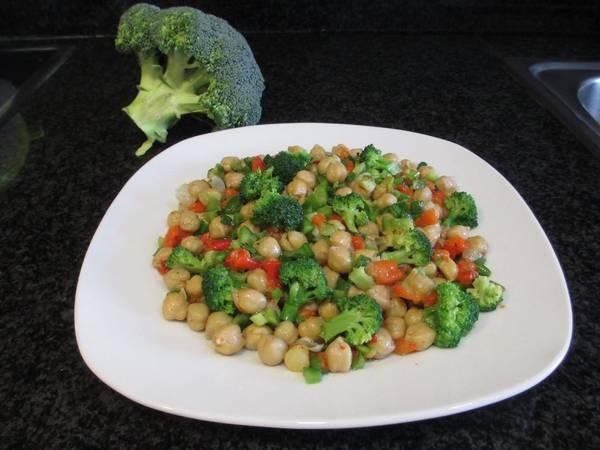 Ensalada de garbanzos con brócoli