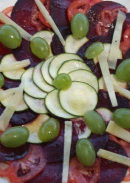 Carpaccio de tomate corazón y remolacha con queso ahumado
