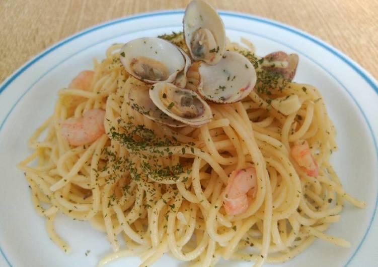 Espaguetis con almejas y gambas