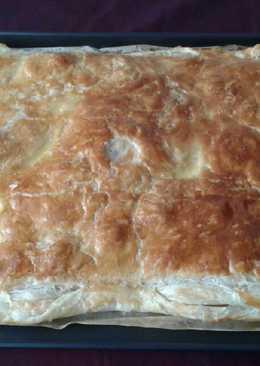 Empanada de hojaldre, con verduras, carne y atún