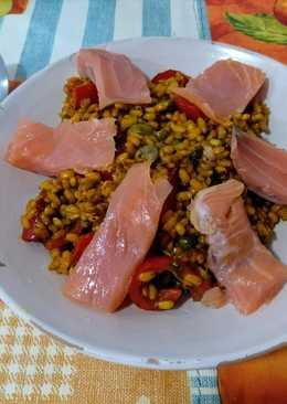 Sencillo arroz con pimiento rojo, alcaparras y salmón ahumado