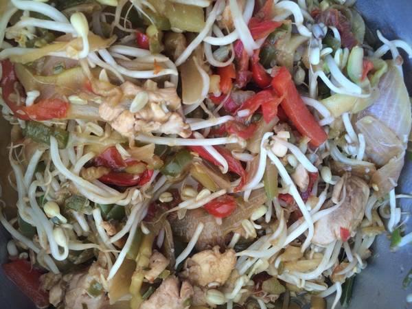 Salteado de pollo con brotes de soja