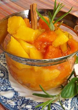 Dulce de piña, papaya y manzana con hierbas frescas y especias