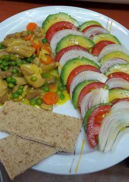 Pollo al vino estofado con verduras y ensalada