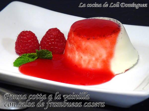 Panna cotta o panacota a la vainilla con salsa de frambuesa casera