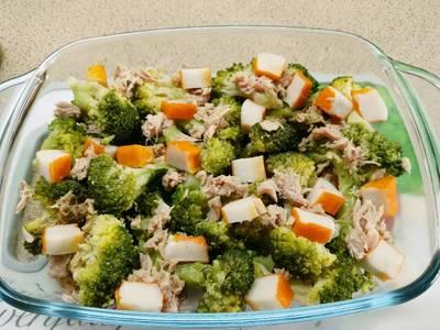Brócoli con surimi y atún
