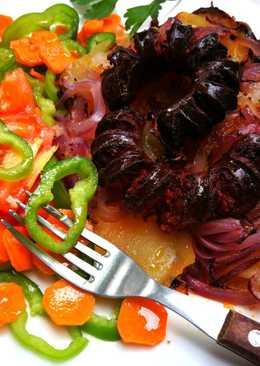 Chorizos sobre patatas y cebolla morada al horno