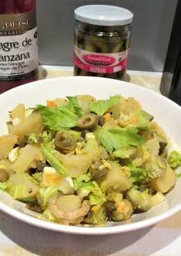Ensalada de patatas con encurtidos y huevo