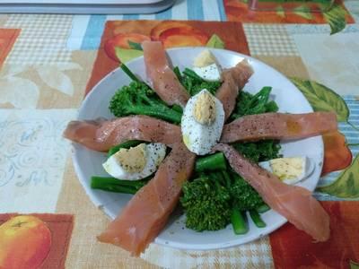 Bimi con salmón ahumado y huevo duro