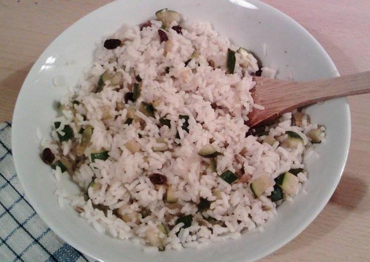 Arroz de guarnición con verduras y frutos secos
