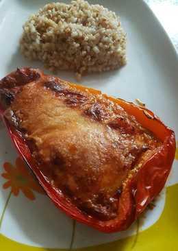 Pimientos rojos rellenos acompañados con arroz integral y quinoa