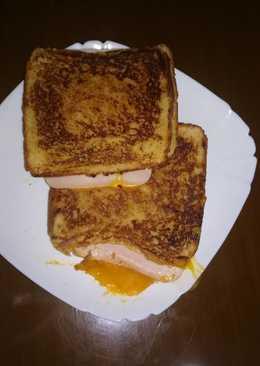 Sándwich de pan de cebolla, bacon y queso en la panificadora