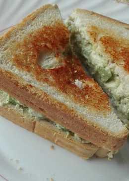 Sándwich de aguacate atún y queso