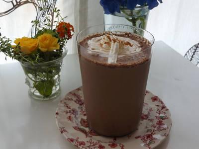 Chocolate frío a las especias y crema chantilly