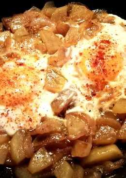 74. Huevos a la tapa sobre patatas y cebolla morada-fácil