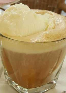 Café helado de leche merengada con licor de canela
