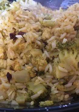 Arroz salteado con pollo, pasas y brócoli