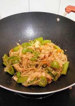 Wok de arroz integral con brotes de soja y surimi