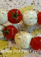 Brochetas de tomates cherry y huevos de codorniz con hierbas provenzales y aceite de oliva