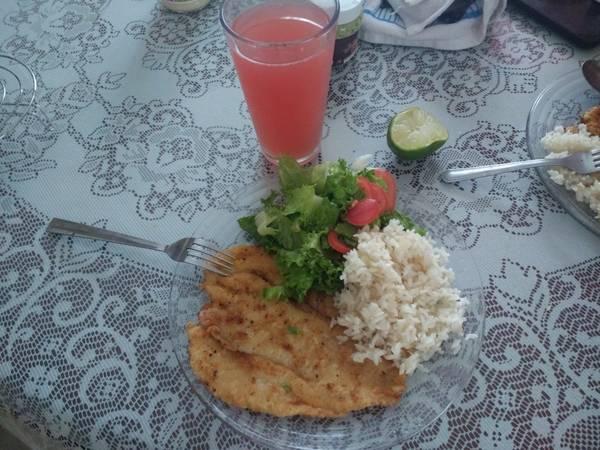 Filete de pescado frito con un toque de ajo y cebolla