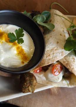 Rollos rellenos de albondiguillas de verdura con salsa de yogurt con Ras el Hanout