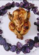 Picantón asado a la sidra con patatas chips violetas