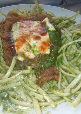 Tallarines verdes con bistec apanado (estilo steakzza)